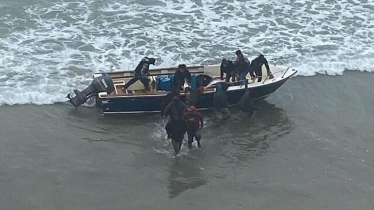 SEVERAL ILLEGAL IMMIGRANTS TOUCH GROUND IN UNITED STATES ON BOAT