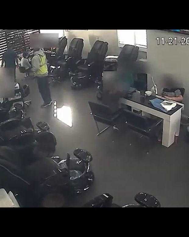 VIDEO BEAUTY SALON ARMED ROBBERY, SHOCKED CUSTOMERS ROBBED