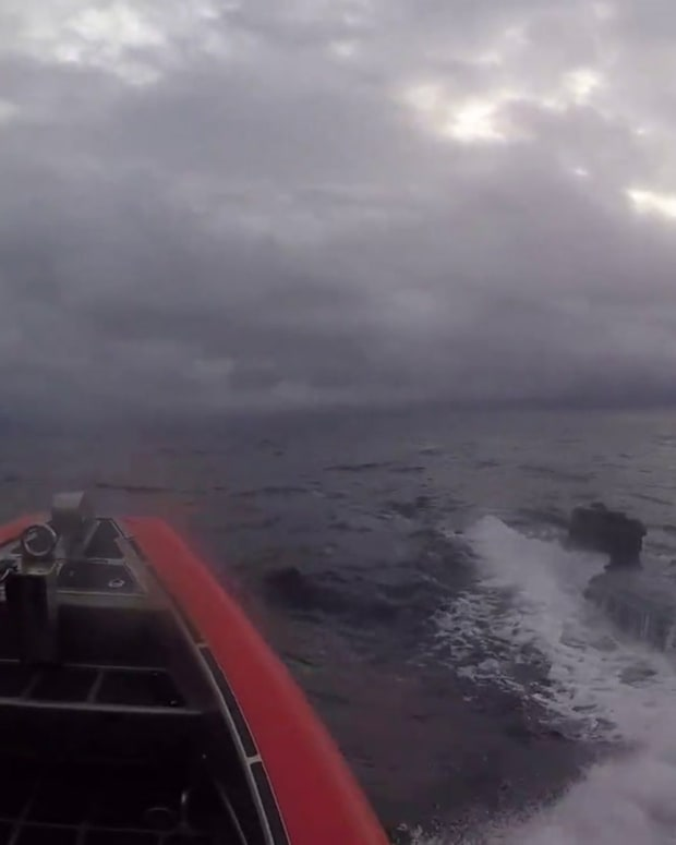VIDEO FEDS CHASE DOWN DRUG SUBMARINE HAULING 17,000 POUNDS OF COCAINE
