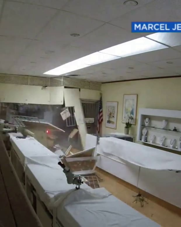 VIDEO SMASH AND GRAB JEWELRY STORE ROBBERY, THIEVES USE TRUCK TO RAM THRU